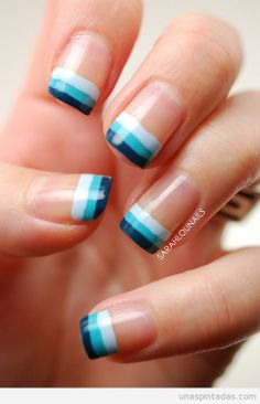 Decoración de uñas para principiantes a rayas en blanco y azul