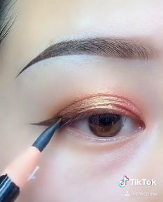 Eyebrow Makeup Tips, Makeup Tutorial Eyeliner, Makeup Looks Tutorial, Eye Makeup Steps, Eye Makeup Art, Natural Eye Makeup, Smokey Eye Makeup, Skin Makeup, Doll Eye Makeup