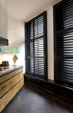 Bekijk de foto van Jasno-Shutters met als titel Zwarte shutters complementeren de houten keuken. Met shutters creëer je in de keuken een bijzondere sfeer. Het gebruik van zwarte shutters dragen bij aan de stoere look in deze keuken. en andere inspirerende plaatjes op Welke.nl.