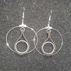 Une magnifique paire de boucles d'oreilles/créole en cuir véritable et plaqué argent