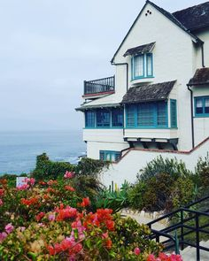 Exploring Laguna today and happened upon the home that Bette Davis lived in, a 1929 Tudor beach house.  #breathtakingview #bettedavis #bestoflagunabeach #lagunabeach #beachhouse #tudor