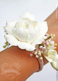 Купить Браслет с гарденией и ягодами из полимерной глины De - бледно-розовый, браслет с цветами