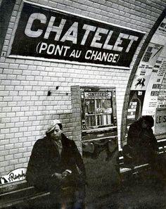 """Paris 1960 """"Scène au métro Chatelet, Pont au Change"""" Old Photos, Vintage Photos, Pont Paris, Metro Paris, Train Map, Paris Black And White, Little Paris, Las Vegas, Bus Life"""