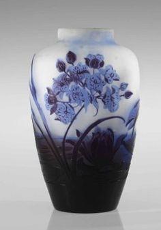 Emile Gallé – was a French Art Nouveau glassmaker, cabinetmaker and ceramicist. After training in art, botany and chemistry, he began to produce ceramics, furniture and jewellery. Art Nouveau, Vases Decor, Art Decor, Decoration, Antique Glass, Antique Art, Jugendstil Design, Vase Design, Art Of Glass