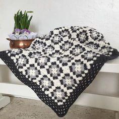 Den skulle väl liksom vara klar då min pläd i mormorsrutor.  Now it is ready  my plaid granny squares.  #mormorsrutor #mormorsruta #pläd #filt #virka #inredning #inredningsdetaljer #crochet #handarbete #plaid #blanket #inredningsinspiration #lantlig #lantligt #lantliginredning #lantligtvitt #myhome #mitthem #lantligahem #lantligcharm #lantligstil #lantliginteriör #grannysquare #crochetblanket #crochetersofinstagram #chrochetaddict #igcrochet #crochetinspiration #handmade #handwork by…