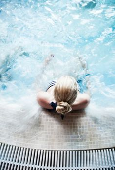 Foto de stock : Young woman in a spa pool