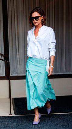 Saia Midi: o comprimento midi pode ser um grande parceiro para você que odeia passar calor em outfits super formais. E a saia vai super bem com uma boa camisa, como nos prova Victoria Beckham.
