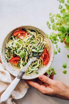 Zuchinni Noodles with Cilantro Pesto Recipe Raw Veggie Recipes, Healthy Breakfast Recipes, Healthy Dinner Recipes, Healthy Breakfasts, Healthy Meals, Easy Recipes, Healthy Food, Detox Juice Recipes, Detox Meals