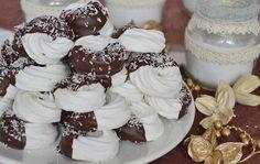 Křehká kokosová kolečka v čokoládě.