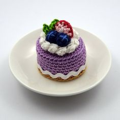 spring berry crochet cake by bibuki - Cupcake Pink Ideen Kawaii Crochet, Cute Crochet, Crochet Crafts, Crochet Projects, Crochet Cake, Crochet Wool, Crochet Toys Patterns, Stuffed Toys Patterns, Berry Cake