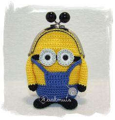 Minion portemonnee Crochet Wallet, Crochet Coin Purse, Crochet Backpack, Crochet Purses, Coin Purse Pattern, Purse Patterns, Plastic Bag Crochet, Crochet Toys, Minion Crochet Patterns