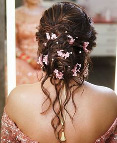 Bridal bun hairstyles for reception at wedding perfect with every kind of dress be it saree or lehenga. They are suitable for short, medium and long hairs. Bridal Hair Buns, Bridal Hairdo, Indian Wedding Hairstyles, Bride Hairstyles, Little Girl Wedding Hairstyles, Lehenga Hairstyles, Girls Hairdos, Hairstyle Wedding, Messy Bun Hairstyles