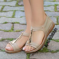 Taşlı Sandalet Source by AyakkabiDelisiyim cómodos Shoes Flats Sandals, Girls Sandals, Lace Up Sandals, Shoe Boots, Pretty Shoes, Beautiful Shoes, Cute Shoes, Breaking In Shoes, Buy Shoes Online