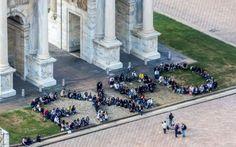 """Milano e i giovani: """" vorremmo una Milano che desse lavoro Sì ritrovano e si abbracciano. Sono i ragazzi di Expo, quel personale che ha garantito efficienza alla Rassegna. Ci raccontano come vedono il futuro Si ritrovano dopo un anno grazie ad un flash mob a #milano #lavoro"""
