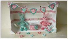 Bij deze het beloofde patroon van de lente-konijntjes met accessoires. Gerda heeft het patroon proefgehaakt, maar daarna heb ik nog wat wijz...