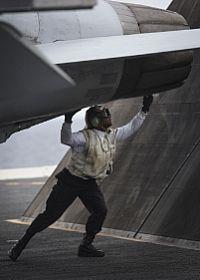 PACIFICO (26 Nov., 2016) 2da clase Luis Silva, asignado a los diamantes azules de Strike Fighter Squadron (VFA) 146, inspecciona un F / A-18E antes de iniciar el la cubierta de vuelo del portaaviones USS Nimitz (CVN 68)