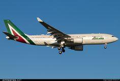 Airbus A330-202, Alitalia, EI-EJG, cn 1123, 256 passengers, first flight 6.5.2010, Alitalia delivered 6.7.2010. Active, for example 23.9.2016 flight Rome - Rio de Janeiro. Foto: Beijing, China, 27.8.2016.