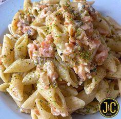 Spaghetti cacio e pepe, con zucchine e speck. Food Logo Design, Logo Food, Pasta Al Pesto, Pasta Salad, Ravioli Lasagna, Food Quotes, Food For A Crowd, Penne, Food Cravings