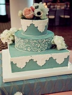 With the addition of pastel ribbons around the layers and the inclusion of a few speckled eggs, this would be a perfect Easter themed wedding cake.
