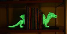 """Tope sujeta libros infantil """"Dragón"""" luminiscente. Hoy te traemos una manualidad relativamente fácil de hacer, pero súper original; además de ser ESPECTACULAR el efecto que se consigue al jugar con la luz y la oscuridad. https://www.bricoblog.eu/tope-sujeta-libros-infantil-luminiscente/ #Manualidades #Decoración #DIY"""
