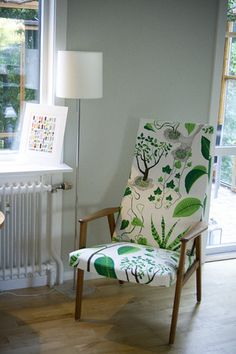 This is what the livingroom looks like now, after our redecoration. We found the armchair at a flea market and I sew a new upholstery out of Josef Frank fabric. Josef Frank, Painted Chairs, Mid Century Modern Furniture, Cool Chairs, Furniture Styles, Upholstered Chairs, Upholstery, Interior Design, Inspiration