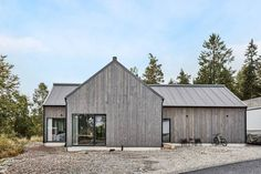 Bilderesultat for järnvitriol hus Surf House, Modern Barn House, Barn Renovation, House Ideas, Modern Farmhouse Exterior, Shed Homes, Forest House, House Extensions, Facade House