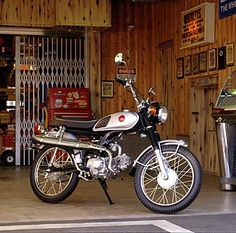 Vintage Honda Motorcycles, Small Motorcycles, Honda Bikes, Honda Motorbikes, Honda Scrambler, 50cc Moped, Classic Motors, Classic Bikes, Tron Light Cycle