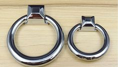 wankele druppel ring knop pull glanzend zilver keukenkast lade dressoir kast moderne meubels handgrepen knoppen chroom deur trekt in Art: js166bMateriaal: zinklegeringBeëindigen: glanzend zilver( verchroomd)Grootte;Lengte: 61.5mmHeigh: 15mmRing ø: 55mmS van handgrepen en knoppen op AliExpress.com | Alibaba Groep