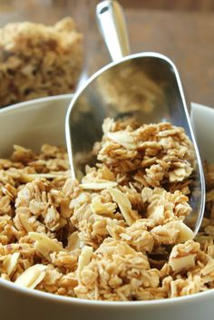 This low-fodmap and vegan granola tastes just like what you buy from the store! Slow baking and lots of vanilla make this granola crunchy and delicious. Healthy Snacks, Healthy Eating, Healthy Recipes, Healthy Deserts, Dinner Healthy, Healthy Breakfasts, Diet Recipes, Clean Eating, Breakfast Time