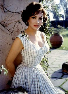 Gina Lollobrigida is credited as Actress, photojournalist, . Gina Lollobrigida is an Italian actress, photojournalist and sculptress. Gina was considered also a sex symbol of the Gina Lollobrigida was Glamour Vintage, Vintage Beauty, Glamour Hollywoodien, Old Hollywood Glamour, Hollywood Stars, Classic Hollywood, Makeup Vintage, Vintage Style, Fashion Vintage