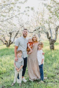 Casual Family Photos, Fall Family Picture Outfits, Spring Family Pictures, Family Portrait Outfits, Family Portrait Poses, Outdoor Family Photos, Family Picture Poses, Family Outfits, Family Pics