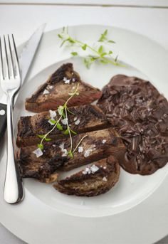 "Receta 719: Lomo de vaca con salsa de vino tinto » ""1080 recetas de cocina"", de Simone Ortega."