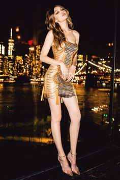 Gigi Hadid celebrated her birthday in a gilded Versace dress Gigi Hadid Looks, Gigi Hadid Style, Mode Outfits, Girl Outfits, Fashion Outfits, Party Outfits, Gigi Hadid Outfits, Modelos Fashion, Versace Dress