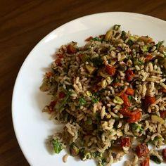 Ricettina veloce e saporita: insalata di riso! Una versione, insolita, con pomodorini secchi, pistacchi, olive, rucola e patè di olive nere.