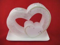 Sehr schöne, moderne Hochzeitskerze Doppelherz mit Teelichteinsatz. Die Hochzeitskerze ist weiß und die Vorderseite ist Perlmutt . Die Hochzeitskerze ist verziert mit silbernen Wachsperlen und apfelgrüner Schnur. Natürlich kann die Farbe etwas variieren  oder die ganze Verzierung könnte verändert werden nach Ihrem Wunsch. Carved Candles, Candle Craft, Natural Candles, Hand Embroidery, Carving, Homemade, Crafts, Wedding, Decorated Candles