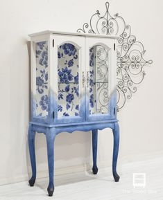 Small closet with blue flower back - The Wood Spa by P .-Kleiner Schrank mit blauem Blumenrücken – The Wood Spa von Pat Rios – UPCYCLING IDEEN Small cabinet with a blue flower back – The Wood Spa by Pat Rios, - Hand Painted Furniture, Funky Furniture, Refurbished Furniture, Repurposed Furniture, Shabby Chic Furniture, Furniture Projects, Furniture Makeover, Vintage Furniture, Furniture Design