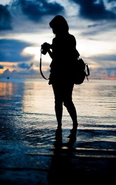 this is an example of a back light image because it represents a silhouette. another reason this is an example of a back light image is because the light source is shining behind her. Silhouette Photography, Girl Photography Poses, Types Of Photography, Beach Photography, Creative Photography, Amazing Photography, Street Photography, Camera Photography, Silhouettes