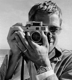 : Brad Pitt with a Leica silver camera Brad Pitt, Beautiful Men, Beautiful People, Leica Camera, Dslr Cameras, Spy Camera, Camera Gear, Nikon, Photography Camera