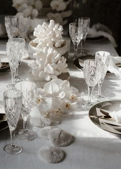 Table Styling Details by Styled By Her Table Setting Inspiration, Beach Wedding Inspiration, Wedding Designs, Wedding Styles, One Day Bridal, All White Wedding, Dream Wedding, Table Arrangements, Decoration Table