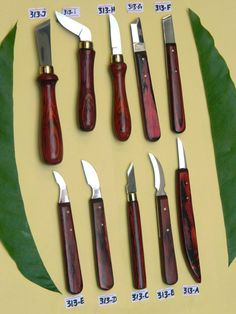set wood/chip carving knives 1095 Hi-Carbon steel blades Color wood handle+ pvc zipper pouch Hardness: HRC Wood Carving Chisels, Wood Carving Tools, Wood Tools, Carving Knife Set, Chip Carving, Tiki Maske, Leather Tool Pouches, Wood Carving For Beginners, Whittling Wood
