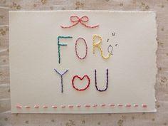 カラフルな刺繍を施したメッセージカードができました!同じ色合いで作るのは嫌だ!という想いから、この紙色でこの色味の組み合わせのカードは、世界に一点です(笑)厚手でしっかりとした風合いのキャンソン紙を使用しています透明ビニールに入っておりますFOR YOU...