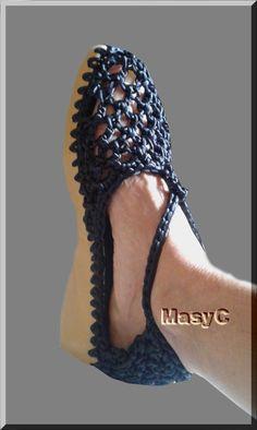 Renovar esos zapatos que son cómodos pero ya no están a la moda aún puedes sacarle partido pues a crochet te quedaría así ó con un... Crochet Sandals, Crochet Shoes, Knitting Loom Socks, Make Your Own Shoes, Spring Boots, Shoe Crafts, Knitted Baby Clothes, Knitted Slippers, Fashion Sandals