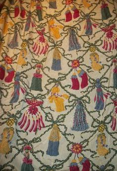 Paire de rideaux en moire imprimée, fond crème, décor polychrome