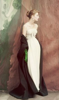 Suzy Parker wears a strapless white chiffon dress, its Empire waist banded with rhinestones, paired with the gloves are emerald green by Jacques Griffe Vogue oct 1953 John Rawlings Vintage Glamour, Vintage Vogue, Mode Vintage, Vintage Beauty, Vintage Dior, Vintage Hats, Tim Walker, Suzy Parker, Jacques Heim