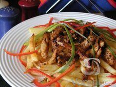 Vepřové nudličky při smažení provoní vaši kuchyň řeckým kořením.