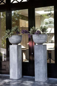 like these cement pillars and planters - Stoer zuil met Betonlook. Cement Art, Concrete Crafts, Concrete Art, Concrete Projects, Concrete Posts, Diy Concrete Planters, Concrete Garden, Wall Planters, Succulent Planters