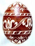 A hagymahéjjal befestett karcolt hímestojásokat Kerkay Emese készítette   The Scratch-carved eggs, dyed with onion skin, were decorated by Emese Kerkay