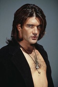 DAMMIT!!!  Antonio Banderas...  5 minutes. . . Just give me 5 minutes alone with this guy and I would make him MINE forever!!!  Just sayin'...