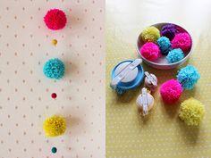 ævlebævle: Påske dørkrans med pomponer Pom Pom Crafts, Yarn Crafts, Diy Crafts, How To Make A Pom Pom, Pom Pom Garland, Craft Projects, Craft Ideas, Crochet Flowers, Easter Crafts