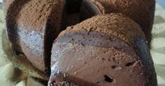 """Fabulosa receta para Bizcocho mágico de cacao . Este bizcocho a simple apariencia parece que es laborioso porque vemos tres capas (una capa de bizcocho húmedo tipo brownie, una capa como de flan y la última que será una crema más dura y compacta)distintas y muy bien unidas, pero para nada... es lo más sencillo, por """"arte de magia"""" se forman las tres capas y el resultado es un bizcocho resulton y que le llama la atención, para bien, a todo el mundo."""